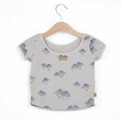 Camiseta, de algodón y elastano, de lötiekids. Color: amarillo lavado. Tintado en prenda para un conseguir un acabado especial.