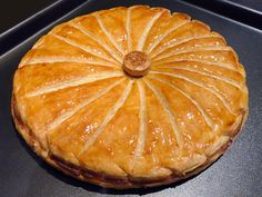 Galette des rois frangipane door Christophe Michalak – Thomas & # s cuisine – Cuisine - Torten Chefs, New Years Eve Dessert, Turkish Baklava, Candy Cakes, Pavlova, Dessert Recipes, Food And Drink, Favorite Recipes, Cooking