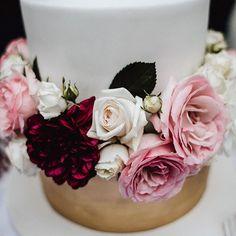 """✨w e d d i n g c a k e✨ #cake#weddingcake#wedding#hochzeit#love#flowers#pretty#gold#white#rose#pink#bride#decoration#instabride#wife#girls#women#happy#summervibes#foodporn#couplegoals#couple#marriage#married#sweet#summer#roses#food#delicious#weddingphotography"" by @aennischiffer. #eventplanner #weddingdesign #невеста #brides #свадьба #junebugweddings #greenweddingshoes #destinationweddingphotographer #dugunfotografcisi #stylemepretty #weddinginspo #weddingdecor #weddingstyle…"