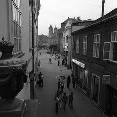 Kossuth utca a Városház tér felé nézve. Háttérben a Nepomuki Szent János-templom tornyai látszanak.