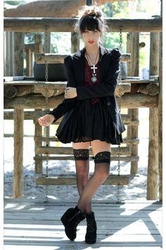 cherichictopia:    goth chic in a black dress - via chictopia