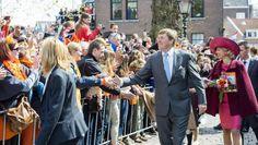 Koning Willem-Alexander en koningin Maxima begroeten het publiek op de route van het Groothoofd naar het Statenplein tijdens Koningsdag in Dordrecht. / Frank van Beek | ANP