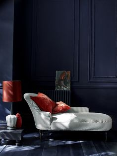 Annie Sloan - Salon - Peinture craie en Oxford Navy et chaise longue Athenian Black . Best Wall Paint, Wall Paint Colors, Room Colors, Color Inspiration, Interior Inspiration, Paint And Paper Library, Napoleonic Blue, Navy Walls, Black Queen