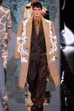 Versace Menswear Fall 2013 Versace Fashion, Vogue Fashion, Versace Men, Gianni Versace, Fashion Art, Autumn Fashion, Mens Fashion, Fashion Show, High End Fashion
