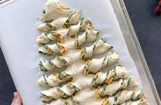 Christmas tree spinach dip breadsticks - It's Always Autumn This is such a cute holiday appetizer idea! Breadsticks stuffed with spinach dip in the shape of a Christmas tree. Christmas Appetizers, Appetizers For Party, Christmas Treats, Christmas Baking, Appetizer Recipes, Christmas Holiday, Tree Spinach, Gluten Free Puff Pastry, Appetisers