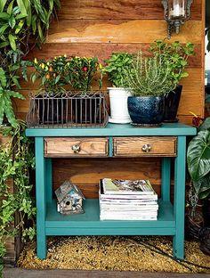 A área externa também pode ganhar seu cantinho de leitura como no apartamento do paisagista Odilon Claro. As revistas dividem espaço no aparador com os vasos da horta que ele montou