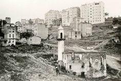 Kazancı YokuşuSol üstte görünen cami Kazancı Ali Ağa CamiiÜstteki apartmanların önü Kutlu Sokak.