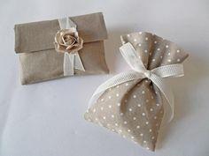 μπομπονιέρες γάμου πουγκί πουά και φάκελος με τριαντάφυλλο