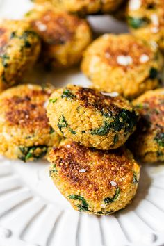 Sub Nutritional Yeast for the parmesan cheese to make DF. These spinach and quinoa patties are delicious, vegetarian and packed with protein and nutrients! They almost make me think I'm eating a chicken cutlet or meatball, without the meat. Beef Recipes, Vegetarian Recipes, Healthy Recipes, Vegetarian Quotes, Kale Recipes, Skinny Recipes, Healthy Foods, Quinoa Patty, Quinoa Spinach