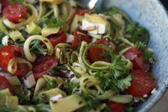 Squashpasta med tomater, avocado og persille