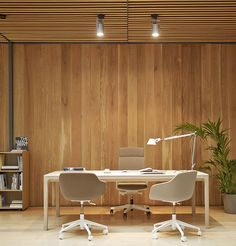 Our Laia electrified table with the Kuskoa Bi upholstered office chairs