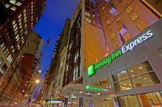 O hotel Holiday Inn Express Fifth Avenue encontra-se situado na Midtown de Manhattan e trata-se do hotel perfeito para visitas em negócios ou lazer. Nas redondezas encontram-se alguns dos negócios mais importantes de Nova Iorque, bem como lojas e algumas das atrações turísticas mais importantes. Os quartos do Hotel Holiday Inn Expr