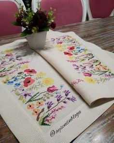 Fotoğraf açıklaması yok. Cross Stitch Borders, Cross Stitch Flowers, Cross Stitch Designs, Cross Stitch Patterns, Cross Stitch Embroidery, Machine Embroidery, Hand Embroidery Design Patterns, Flower Coloring Pages, Ribbon Work