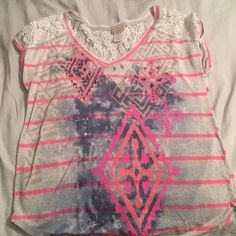Cute Daytrip top!! Daytrip top from buckle, has a cute Aztec pattern with embellishments! Daytrip Tops Tees - Short Sleeve