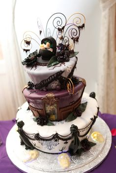 Cake Wrecks - Home - Sunday Sweets and Halloween Treats! By Walt Disney World resort bakers, featured here Haunted Mansion Disney, Haunted House Cake, Haunted Houses, Halloween Wedding Cakes, Halloween Cakes, Halloween Treats, Halloween Party, Wedding Cake Photos, Amazing Wedding Cakes