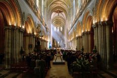 De kathedraal van Bayeux, waar veteranen en prominente mensen zich hebben verzameld voor een herdenkingsdienst.