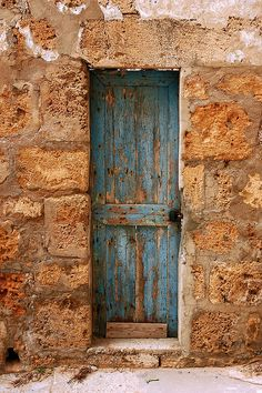 abriendo-puertas: The skinny Blue Door. By Mohannad Khatib Les Doors, Windows And Doors, Panel Doors, Old Wooden Doors, Rustic Doors, Cool Doors, Unique Doors, Knobs And Knockers, Door Knobs