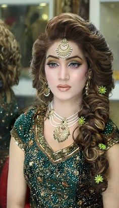Hairstyles Stylish Bridal Mehndi Hairstyles for Ultimate Traditional Look … - Wedding Hairstyles Bridal Makeup Looks, Indian Bridal Makeup, Asian Bridal, Bride Makeup, Wedding Hair And Makeup, Hair Makeup, Pakistani Bridal Makeup Hairstyles, Mehndi Hairstyles, Indian Wedding Hairstyles