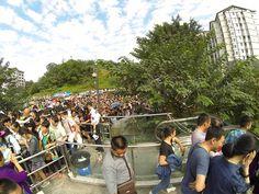 entrada de metro de Chongqing en fiesta nacional!  Chongqing metro station in a national holliday