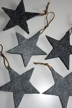 felt stars – selfmade minimalistic winter and xmas decoration in grey shades | Xmas decoration . Weihnachtsdekoration . décoration noël | Photo @ mooihipcool |