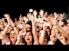 """Videoclip ufficiale del nuovo singolo dei Modà """"Salvami"""", in airplay radio/tv da venerdì 26 agosto. Il video è stato girato da Gaetano Morbioli e la Run Multimedia durante il tour estivo tra Cagliari ed Alghero.Per scaricare """"Salvami"""" da iTunes cliccate qui https://itunes.apple.com/it/album/salvami/id601366588?i=601366707 e per scoprire il nostro ultimo disco """"Viva i romantici"""" visitate il minisito dedicato www.rockmoda.com/vivairomantici""""Un pezzo a cui sono molto legato, è un dialogo tra me…"""