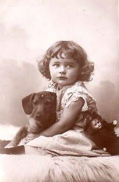 .Vintage (she's holding her dog, not hrr doll!) .ღ.