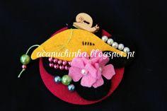 Pregadeira feita em feltro, pérolas, botão caracol - Produto de autor - Peça única