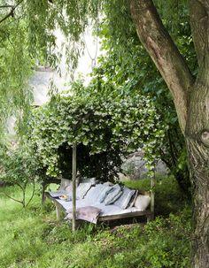 Sieste, lecture, détente, tout est bon pour buller au jardin. Et pour le rendre le plus agréable possible, osez le coin sieste cocooning. Sélection à l'appui pour faire le plein d'inspirations....