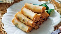 栗原 はるみさんの鶏ささ身,えびを使った「2種の春巻」のレシピページです。鶏ささ身とえび、具材を炒めずにつくる2種の春巻き。春巻きの皮は半分に切って使うと、食べやすく、見た目にもかわいらしい。 材料: A、鶏ささ身、青じそ、梅干し、しょうゆ、みりん、塩、B、春巻きの皮、サラダ菜、すだち、ライム、香菜(シャンツァイ)、ミント、スイートチリソース、小麦粉、揚げ油、酢、しょうゆ