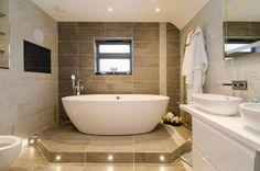 16 äußerst beeindruckende Ideen für die Dekoration von Master-Badezimmer #badezimmerfliesen #antolininaturstein #badewanne #wunderbar #chetelattraiteur #frederickchetelat #dusche