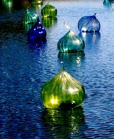 Dale Chihuly ~ Blown glass floats at the Fairchild Gardens Miami Art Of Glass, Blown Glass Art, Stained Glass Art, Glass Vase, Fused Glass, Glass Lanterns, Glass Lamps, Cut Glass, Dale Chihuly