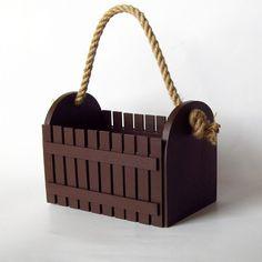 Přenosná domácí zahrádka na ochucovadla Originální dřevěná přenosná domácí zahrádka - zdobená nalepeným malým plotem. Plot je ruční výroba, nestejná výška jednotlivých dřevíček je záměrem. Nosič je pevný a vhodný na cokoliv, co potřebujete přenést v designovém obalu. Vhodný např. na ochucovadla při grilování. Velikost: výška s uchem 28 cm, výška ... Magazine Rack, Storage, Furniture, Design, Home Decor, Purse Storage, Decoration Home, Room Decor, Home Furniture