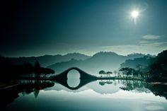 Increíbles y mágicas imágenes del Puente de la Luna en Taipéi - Stunning and serene: Incredible images of the Moon Bridge in Taipei capture this magical, misty landscape