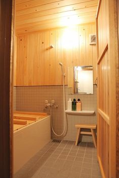 Kyoto Vacation Rental - VRBO - 2 BR Japan Townhome Traditional Japanese House at a Prime Location Gion and Kiyomizu Temple! Japanese Shower, Japanese Style Bathroom, Japanese Style House, Japanese Soaking Tubs, Traditional Japanese House, Japanese Bath, Japanese Home Decor, Japanese Interior Design, Japanese Apron