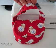 TresP craft blog: TUTORIAL CHUPETERO Y BOLSITO PARA CHUPETES Crochet, Baby Gifts, Diaper Bag, Lunch Box, Baby Shower, Sewing, Crafts, Bags, Baby Ideas