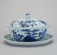 Sopeira em porcelana Chinesa de Cia das Indias do sec.18th, Periodo Qianlong, 33cm, 3,050 USD / 2,800 EUROS / 11,980 REAIS / 19,400 CHINESE YUAN soulcariocantiques.tictail.com Blue And White China, Blue China, Kings Table, Country Blue, White Stuff, Filet Crochet, Serving Platters, White Ceramics, Entrees