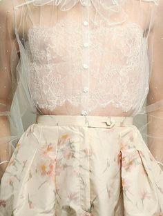 Achei o vestido perfeito para arrasar no casamento, exatamente como a noiva quer em tons claros! kkkkkkkkkk