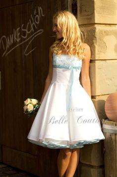 Zauberhaftes Petticoatkleid  Das knielange Kleid besteht aus einem wunderschön fallenden weißen Taft.  Es befindet sich ein nahtfeiner Reißverschluss in der Seitennaht.  Der Brustbereich ist...
