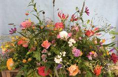 rouwstuk met VIP rozen en tuinbloemen Cemetery Flowers, Florals, Floral Wreath, Wreaths, Fresh, Nice, Plants, Decor, Pictures