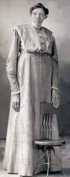 "Ella Kate Ewing (March 1872 - January was a Missouri woman considered the world's tallest female of her era. She would use her great height to earn a living as a sideshow attraction, popularly known as ""The Missouri Giantess. Old Pictures, Old Photos, Tall People, Giant People, Human Oddities, Bizarre, Interesting History, Interesting Stuff, Tall Women"