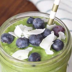 This hormone healing green smoothie recipe is a healthy, detox smoothie that will balance hormones and help aid weight loss. It's also great for skin and energy and a perfect, easy breakfast. Green smoothies for all day energy Smoothie Detox, Smoothie Legume, Smoothie Fruit, Green Smoothie Recipes, Smoothie Bar, Weight Loss Meals, Weight Loss Smoothies, Losing Weight, Healthy Detox