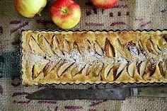 Omenapiirakka on mehevä syysherkku, johon manteli antaa hyvän säväyksen. Vaniljakastike kruunaa makunautinnon.