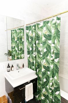 Sarah schiear's brooklyn apartment tour tropical shower curtains, bohemian bathroom, caribbean homes Bad Inspiration, Bathroom Inspiration, Interior Inspiration, Curtain Inspiration, Design Tropical, Tropical Prints, Tropical Style, Design Industrial, Casa Clean