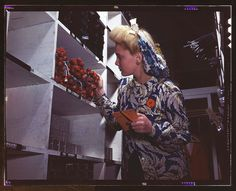 """15 Vivid Color Photos Show The Real-Life """"Rosie The Riveter"""""""