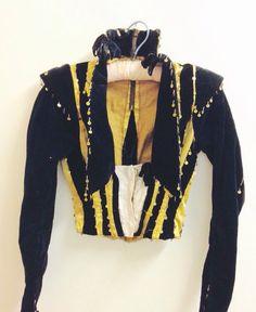Chaqueta de Satén de terciopelo de siglo XVIII. Chaqueta antiguo bufón. Chaqueta de niño Prop Edwardian oro y negro. de Vintage0156 en Etsy https://www.etsy.com/es/listing/225420664/chaqueta-de-saten-de-terciopelo-de-siglo