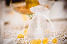 Inspirational ideas for table decorations. We will show you how to create unique table decorations perfect for everyday use and for parties (weddings, anniversaries, holidays). Party Table Decorations, Decoration Table, Gold Wedding Favors, Wedding Table, Banquet, Name Place Cards, Style Rustique, Lilac Flowers, Lanterns Decor