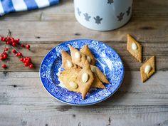 Sirupssnipper Norwegian Christmas, All Things Christmas, Christmas Cookies, Stuffed Mushrooms, Traditional, Baking, Cake, Food, Xmas Cookies