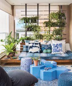 Quer deixar sua varanda mais chamosa? Você pode enfeitar com plantas ou com vasos de flores, confira esses diferentes exemplos e inspire-se para decorar a sua! 1- Vasos suspensos em pergolados de m…