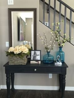 Welcome to Ideas of Classic Entryway Mirror Decoration Ideas article. In this post, you'll enjoy a picture of Classic Entryway Mirror Decor. Entryway Mirror, Home Decor Mirrors, Diy Home Decor, Entryway Ideas, Foyer Table Decor, Entryway Stairs, Rustic Entryway, Apartment Entryway, Front Entryway Decor