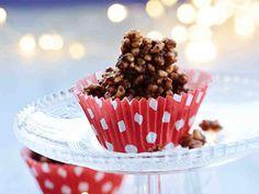Salmiakkisuklaasta ja riisimuroista syntyy helppo suklaaherkku. Itse tehty riisisuklaa säilyy noin viikon verran huoneenlämmössä.